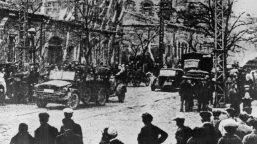 NS-Kriegsverbrechen: Deutsche Truppen marschieren durch Simferopol – ein Foto vom 22. November 1941. Hans Heinrich Eggebrecht ist nicht zu sehen