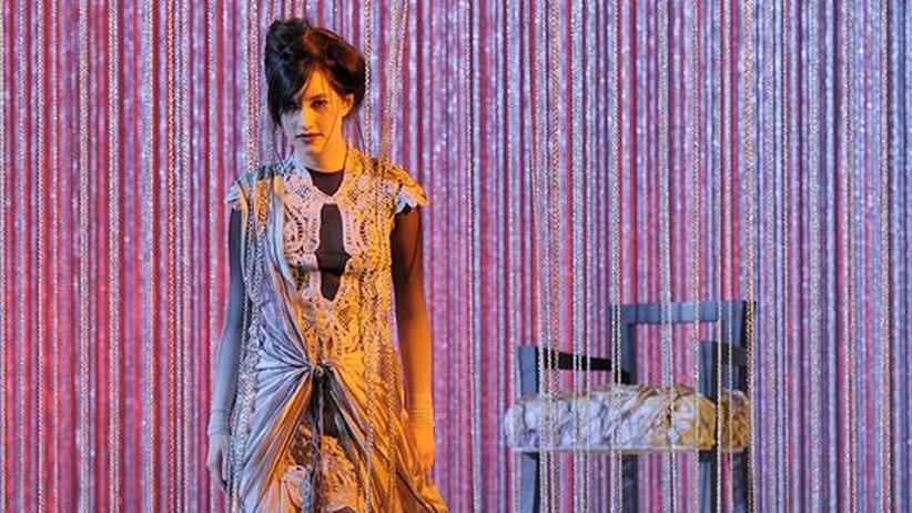 Sopranistin Anna Prohaska: Anna Prohaska als Poppea an der Berliner Staatsoper Unter den Linden. Die Kostüme hat der Modeschöpfer Christian Lacroix gestaltet