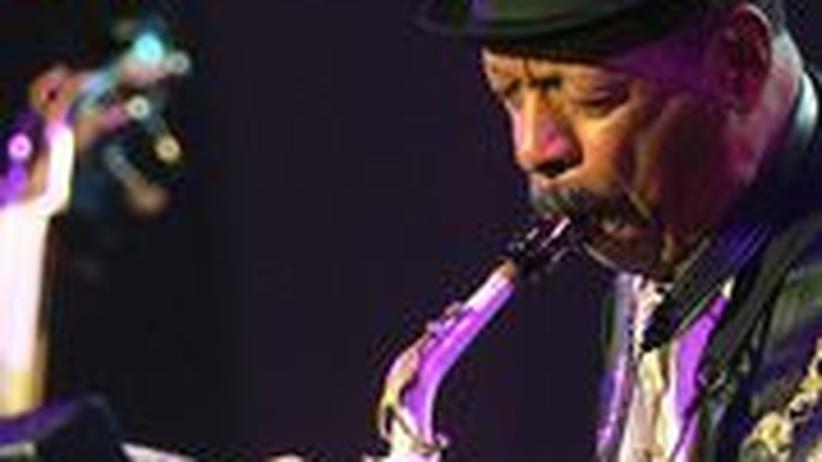 Ornette Coleman zum 80.: Ornette Coleman und sein legendäres weißes Saxofon. Aus Plastik wurde im Laufe der Jahre Metall