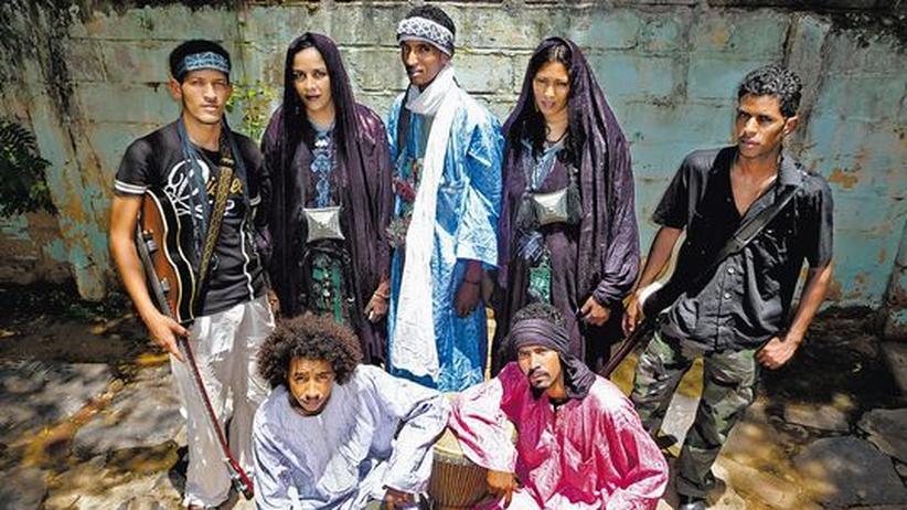 Blues von Tamikrest: Rebel 'n' Roll: Ousmane Ag Mossa (Mitte, 27) mit Band