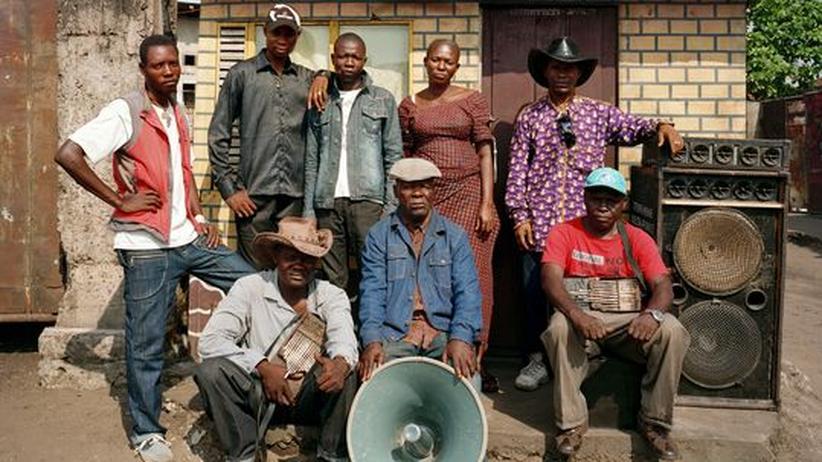 """Congotronics: Papa Mingiedi, 76, ist der Kopf von Konono No 1 (Mitte mit Lautsprecher). """"Für eine ordentliche Anlage hatten wir kein Geld"""""""