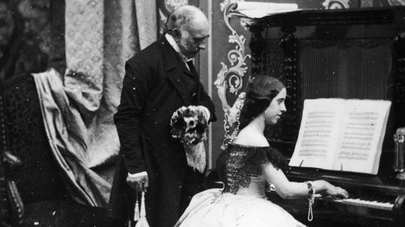Gender-Forschung: So war's recht um 1885: Der Herr hat ein Auge drauf, dass die junge Dame sich beim Klavierspiel nicht unziemlich bewegt