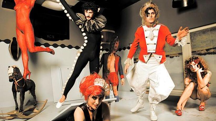 Punkpop von Bonaparte: Die Band (von links): Mad Kate Lulu Rafano (hier kopflos), Clea Cutthroat, Carlos Primero, Monsieur Bonaparte (Tobias Jundt), Ginger Synne
