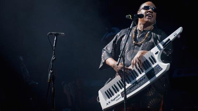 Stevie Wonder: Stevie Wonder auf Tour mit umgehängtem Keyboard, hier beim Glastonbury Festival
