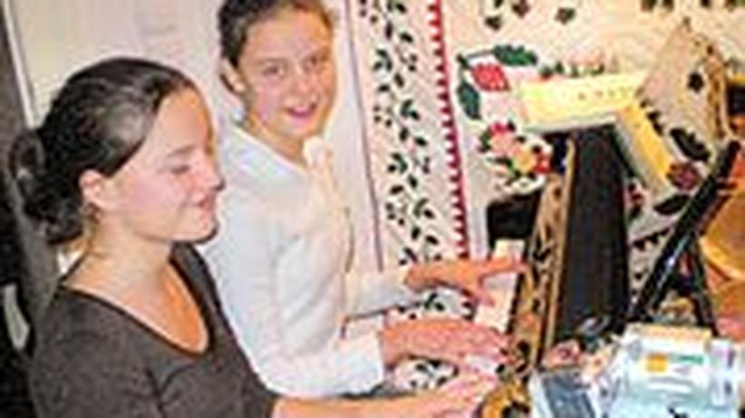 Piano City Berlin: Eines von 70 Berliner Wohnzimmerkonzerten: Marie und Anna spielen Georges Bizet