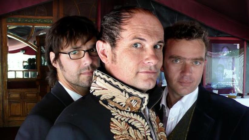 Chansonnier Thomas Pigor: Thomas Pigor (Mitte) singt, Benedikt Eichhorn (rechts) begleitet, Ulf mischt am Sampler mit