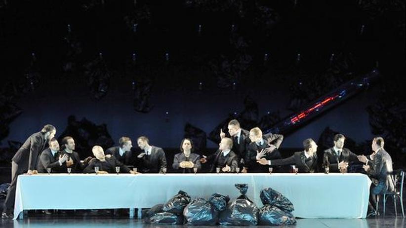 """Kritik am Regietheater: Wie in Leonardos """"Abendmahl"""" tafeln Don Giovanni und seine Kumpane in einer Inszenierung von Mozarts Oper in Berlin"""