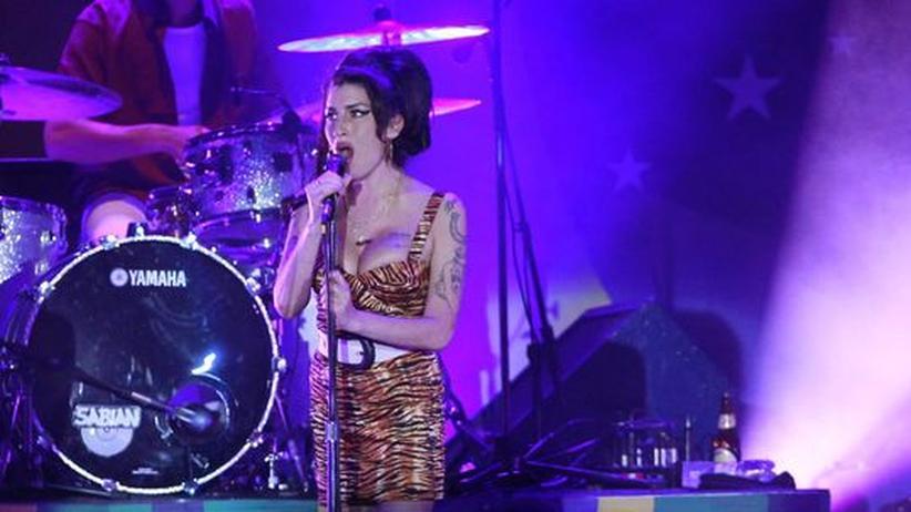 Amy-Winehouse-Konzert: Haarpracht, Busen, Pirouetten und draußen reichlich Zuckerrohr: Amy Winehouse während ihres Konzerts in Rio de Janeiro