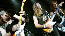 Vier Gitarristen von Iron Maiden: Adrian Smith, Dave Murray, Steve Harris und Janick Gers beim Ozzfest 2005