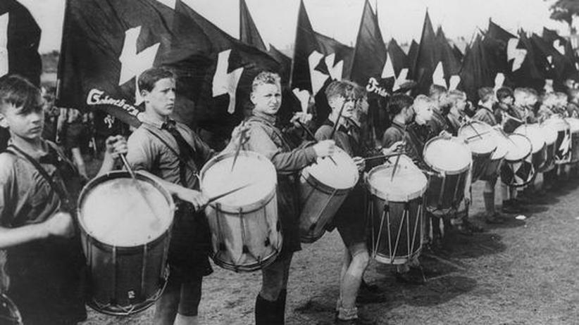 Volkslieder in der NS-Zeit: Trommelnde Mitglieder der Hitlerjugend, 1937