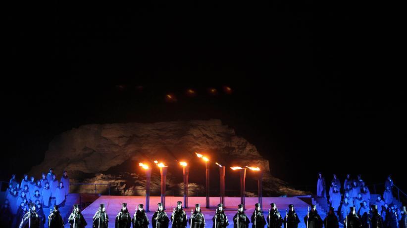 Open-Air in Masada: Kamele auf der Opernbühne