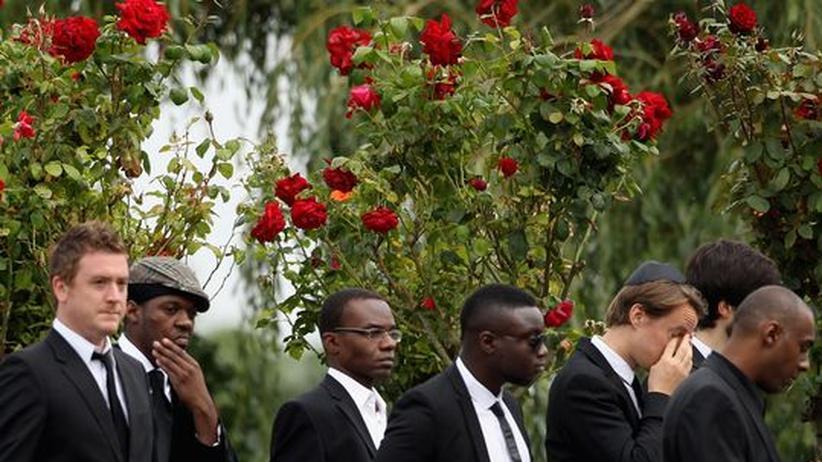Popsängerin: Freunde und Angehörige von Amy Winehouse versammeln sich auf dem Edgwarebury Friedhof.
