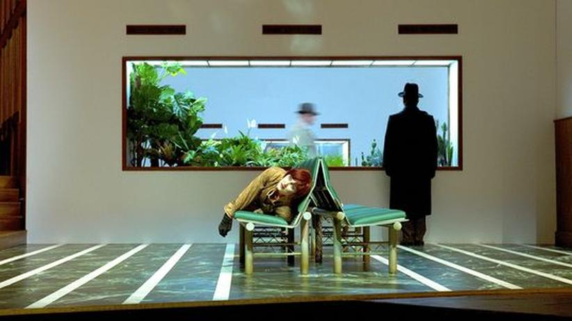 "Oper ""Makropulos"" in Salzburg: Angela Denoke (Emilia Marty), Raymond Very (Albert Gregor) und Ales Briscein (Janek) in ""Die Sache Makropulos"""