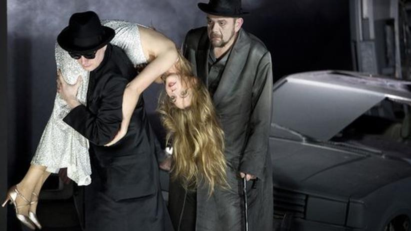"""Oper """"Lulu"""" in Berlin: Georg Nigl (Ein Athlet), Mojca Erdmann (Lulu) und Jürgen Linn (Schigolch) an der Berliner Staatsoper"""