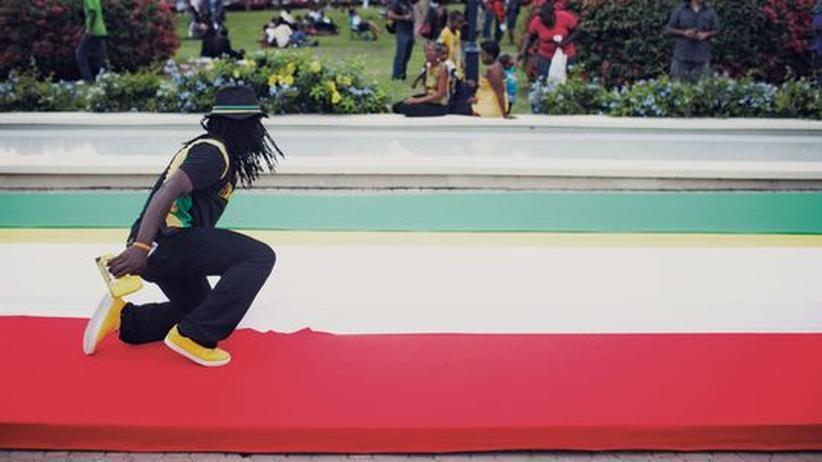 """Jamaika: Über diesen rot-gold-grünen Teppich sollten die Gäste der Jamaika-Premiere des Films """"Marley"""" schreiten."""