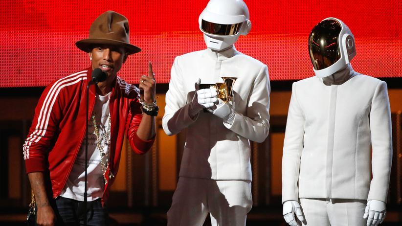 Musikpreis: Pharrell Williams (g.l.) und die beiden Musiker von Daft Punk bei der Grammy-Verleihung in Los Angeles, als sie den Preis für die Aufnahme des Jahres entgegennehmen.