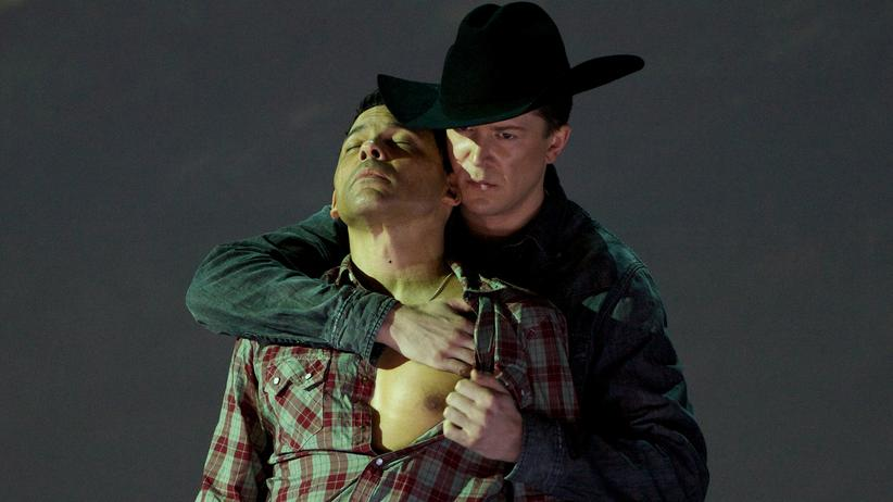 "Teatro Real Madrid: Tom Randle (li.) und Daniel Okulitch als schwules Liebespaar in der Opernfassung des Kinofilms ""Brokeback Mountain"" im Teatro Real in Madrid"