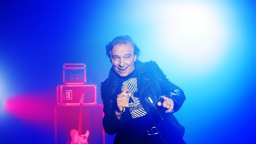 """Karel Gott: """"Hab Bluejeans in der Seele"""", heißt es in seinem Hit """"Für immer jung"""": Karel Gott, 74, am 25. August 2013 bei einem Auftritt in Prag."""