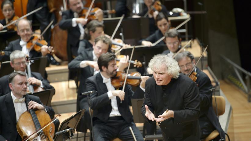 Unesco-Weltkulturerbe: Sir Simon Rattle und die Berliner Philharmoniker während des Konzerts zum 25. Mauerfalljubiläum