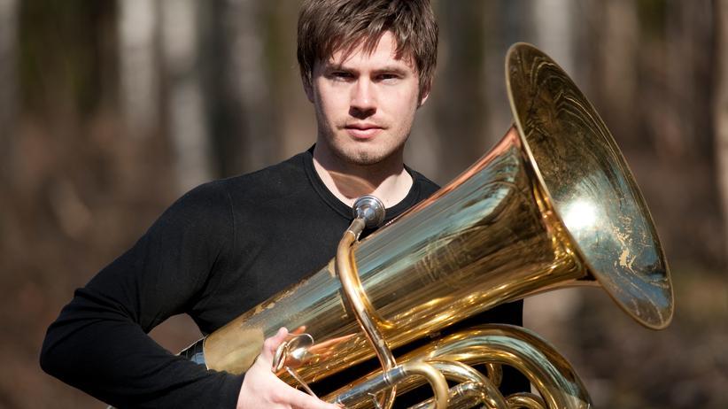 Der Norweger Daniel Herskedal mit seiner Tuba