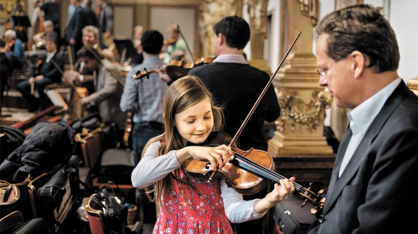Alma Deutscher: Bei den Proben der Wiener Philharmoniker vertraut Violinist Alexander Steinberger der elfjährigen Alma Deutscher seine Geige an.