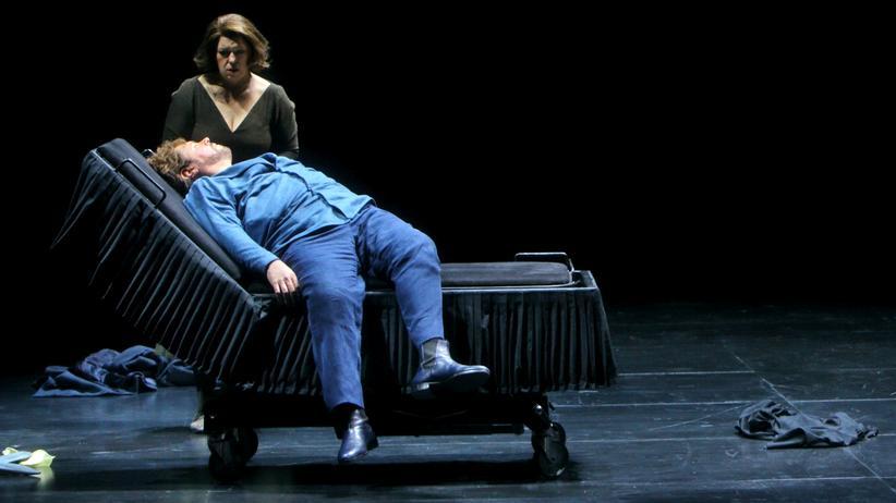 Bayreuther Festspiele: Christa Mayer als Brangäne und Stephen Gould als Tristan bei den Bayreuther Festspielen 2015