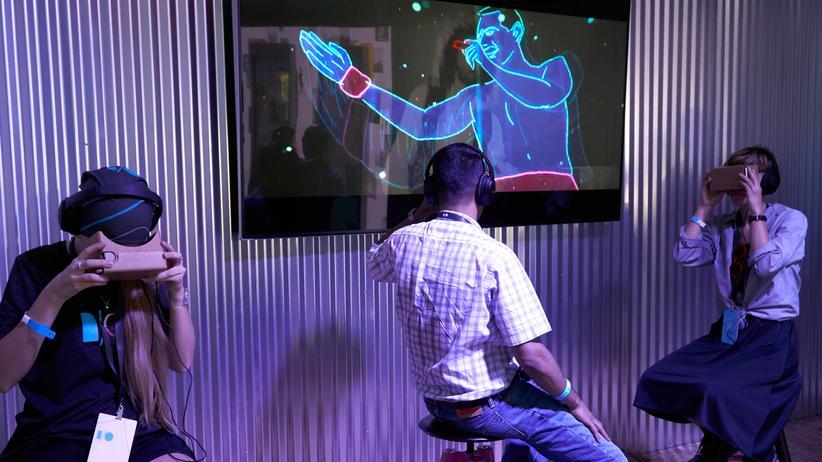 Google Cardboard: Nutzer bei der Präsentation von Googles VR-Video in Los Angeles