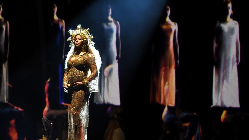 Grammy-Verleihung: Goldene Muttergottes: Beyoncé während ihres Auftritts bei den Grammys in Los Angeles