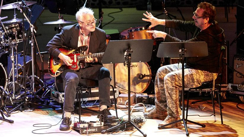 John Zorn: Niemand weiß, wie lange noch: Marc Ribot mit Gitarre und John Zorn mit Tarnflecken in der Elbphilharmonie