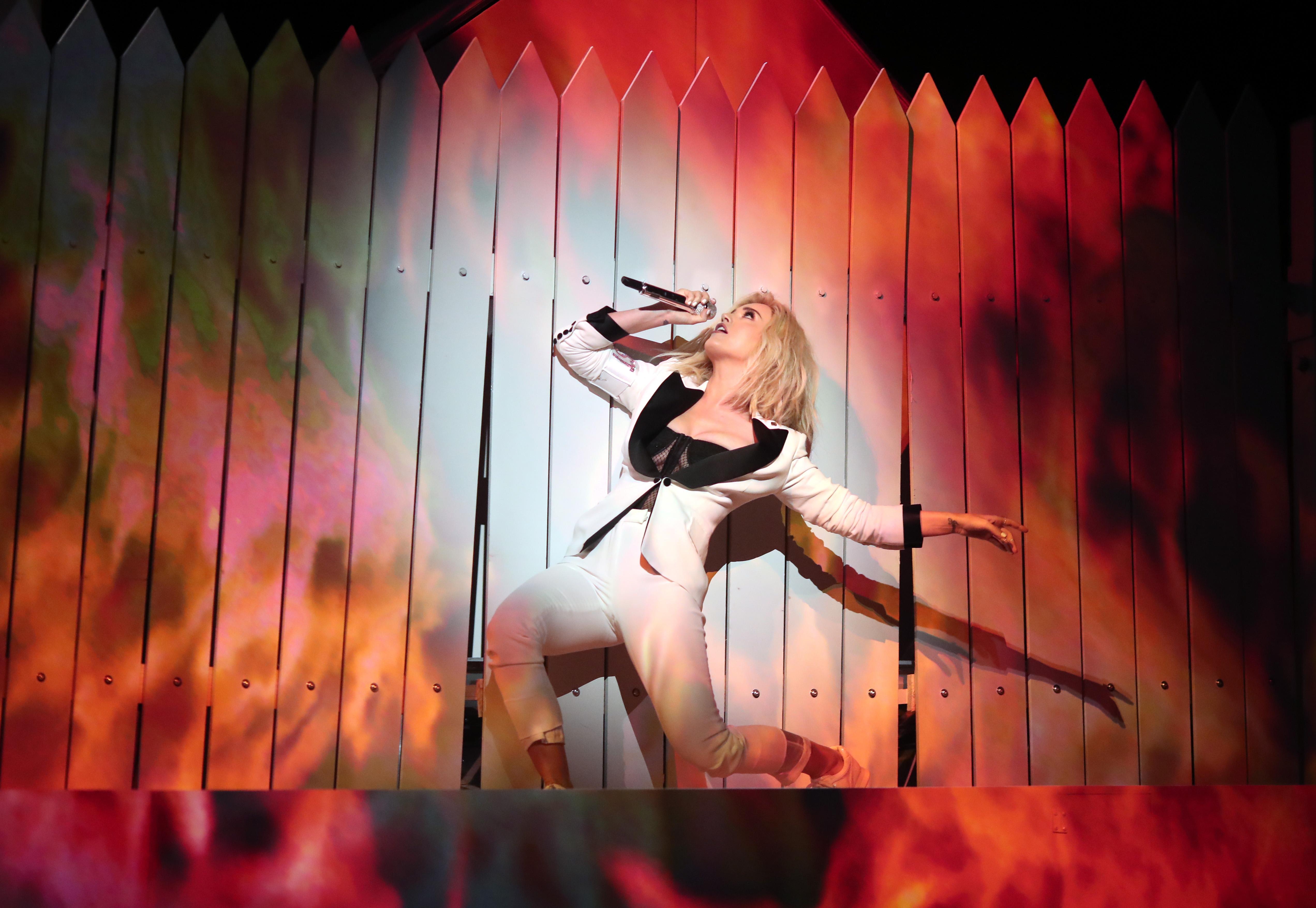 Agit-Pop: Der Wink mit dem Zaun: Katy Perry während ihres symbolträchtigen Auftritts bei den Grammys am 12. Februar