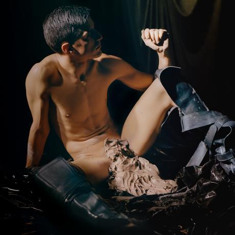 Arca: Ist Männlichkeit nur ein Konstrukt? Bei Arca spielt die visuelle Inzenierung eine genauso große Rolle wie die Musik.