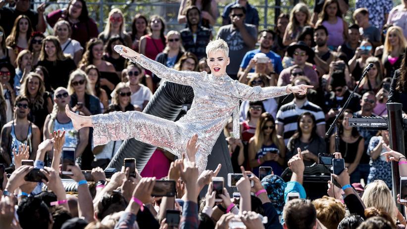 """Katy Perry: Die Gratwanderung, eine öffentliche Person zu sein: Katy Perry auf ihrer """"Witness""""-Tour in Los Angeles. Das Konzert am 12. Juni wurde auf YouTube live übertragen."""