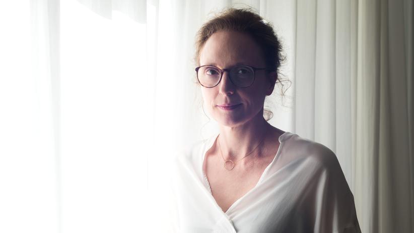 Rebecca Saunders, geboren 1970 in London, lebt seit zwanzig Jahren in Berlin-Prenzlauer Berg.