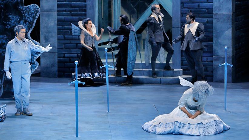 """Bayreuther Festspiele: Das Künstlerpaar Neo Rauch und Rosa Loy hat Bühnenbild und Kostüme der neuen Bayreuther """"Lohengrin""""-Inszenierung in Delfter Blau getaucht."""