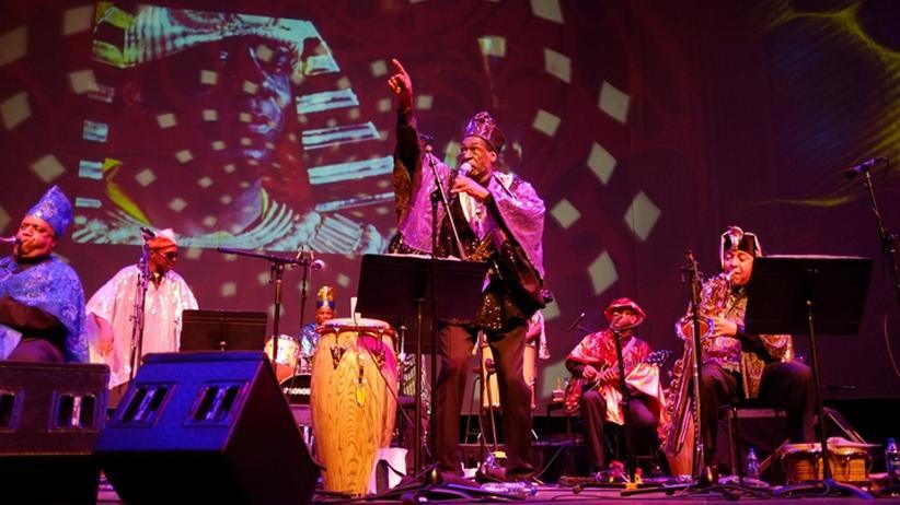 Sun Ra Arkestra: Musiker des Sun Ra Arkestra, im Hintergrund mit dabei: der selbsterwählte Sonnengott des Schwarzen Jazz
