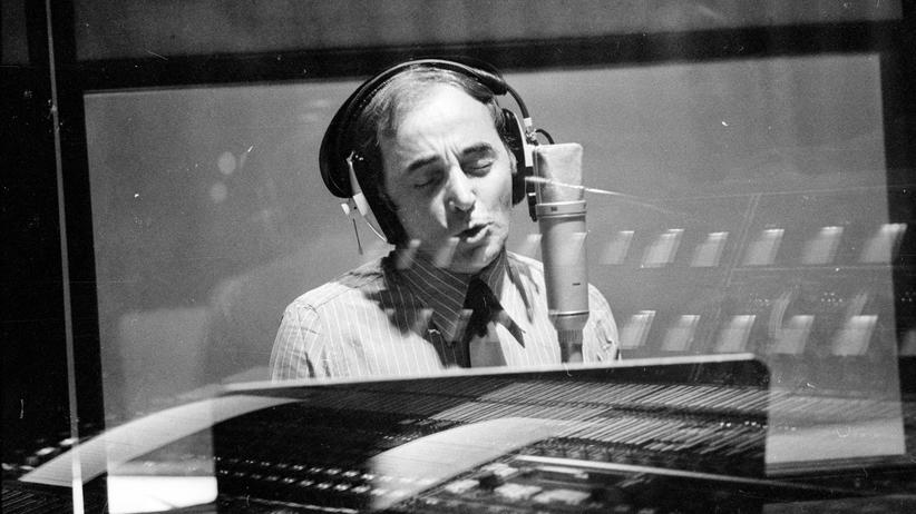 Sänger Charles Aznavour 1974 in einem Tonstudio