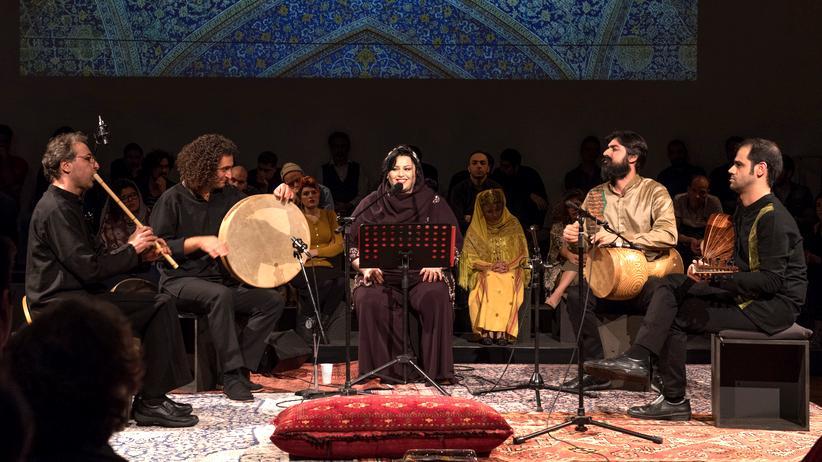 """Female Voice of Iran: Maedeh Tabatabaei Niya und ihre Begleitmusiker beim Festival """"Female Voice of Iran"""""""
