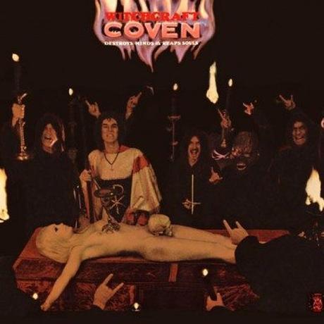 Die Innenseite des Coven-Debütalbums mit dem Teufelsgruß