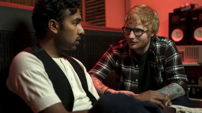 """""""Yesterday"""": Ausgerechnet Ed Sheeran (rechts) macht den Beatles-Kopisten Jack Malik zum Star. Er schlägt auch gleich vor, """"Hey Jude"""" in """"Hey Dude"""" umzutexten."""