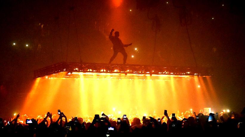 Kanye West: Er tanzt auf dem Feuerboden und geht über Licht: Kanye West während eines Konzertes 2016 in Inglewood, Kalifornien.
