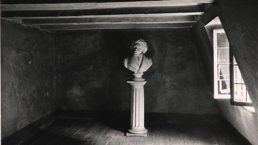 Ludwig van Beethoven: In der Schule galt Louis, wie er gelegentlich genannt wurde, als eigensinnig, still und scheu: die Büste von Ludwig van Beethoven in seinem Geburtshaus, fotografiert im Jahr 1934