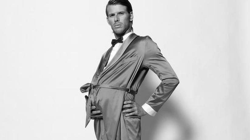 """Gesellschaft: Für unseren Fotografen war es nicht einfach, Männer zu finden, die sich für die Aufnahme als Schwangere verkleiden wollten. """"Da gibt es eindeutig Berührungsängste."""" Die zweite Herausforderung war, dass die Bäuche nicht aussehen sollten, als rührten sie von zu viel Bier her. Baldaufs Stylist baute einen Bauch aus Schaumstoff"""