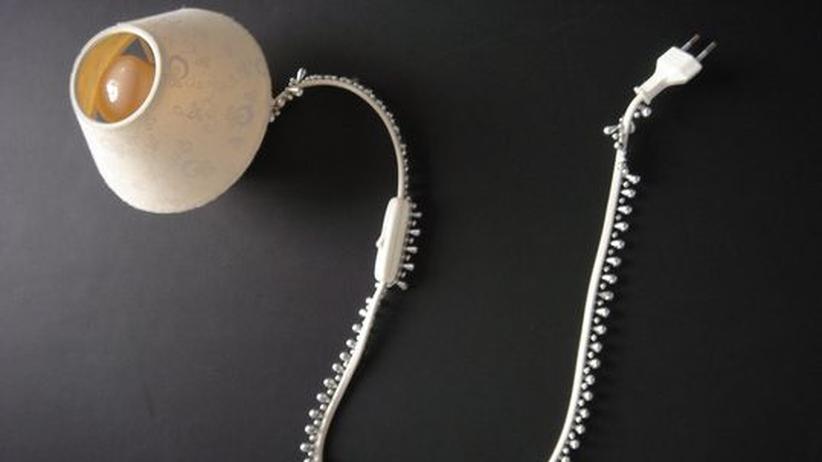 """Designduo """"Bless"""": Die """"Cable Jewellery""""-Kollektion von Bless: Stromkabelhüllen, die mit filigranen Glitzersteinchen oder großen Holzperlen besetzt sind und so das hässliche Kabelmaterial verstecken"""