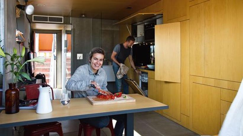 Wohnen: Christian Sallert und Barbara Appolloni verstecken in ihrem Dachgeschoss die Küche in einer Schrankwand.