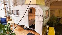 Im Hotel Hüttenpalast in Berlin kann man in diesen Wohnwagen einchecken.