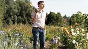 Max Scharnigg auf seinem Acker am Ammersee – mit selbstgezogener Zucchini