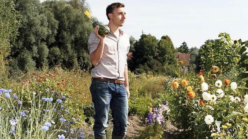 Garten auf dem Land: Max Scharnigg auf seinem Acker am Ammersee – mit selbstgezogener Zucchini