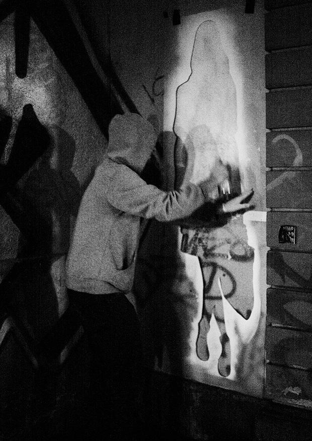 Mit Hilfe lebensgroßer Schablonen bringt der Graffiti-Künstler seine Models an die Wand.