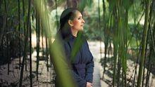 Weiße Jeans, rote Lippen und an den Ohren Perlenclips: Die Künstlerin Tita Giese