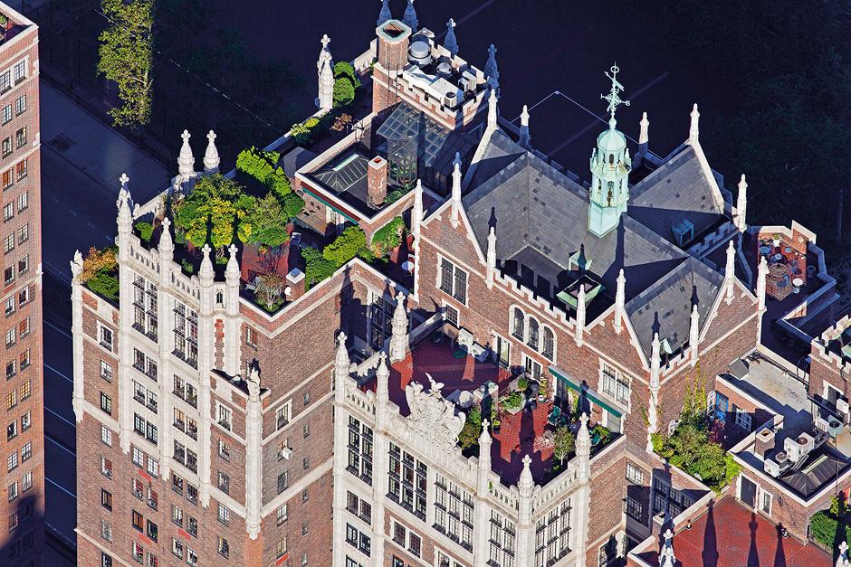 """Das Gebäude 1125 Park Avenue wurde zwischen 1925 und 1930 errichtet. Die Dachterrasse mit ausgewachsenen Bäumen in Trögen gehört zu einer Wohnung, die das komplette Dachgeschoss einnimmt. """"Windsor Tower, 5 Tudor City Pl, Murray Hill, Manhattan"""""""